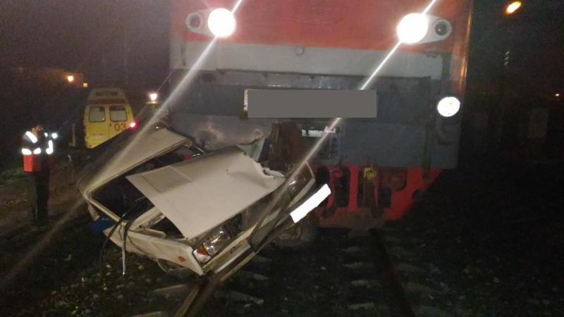 В Самаре поезд протаранил вазовскую легковушку