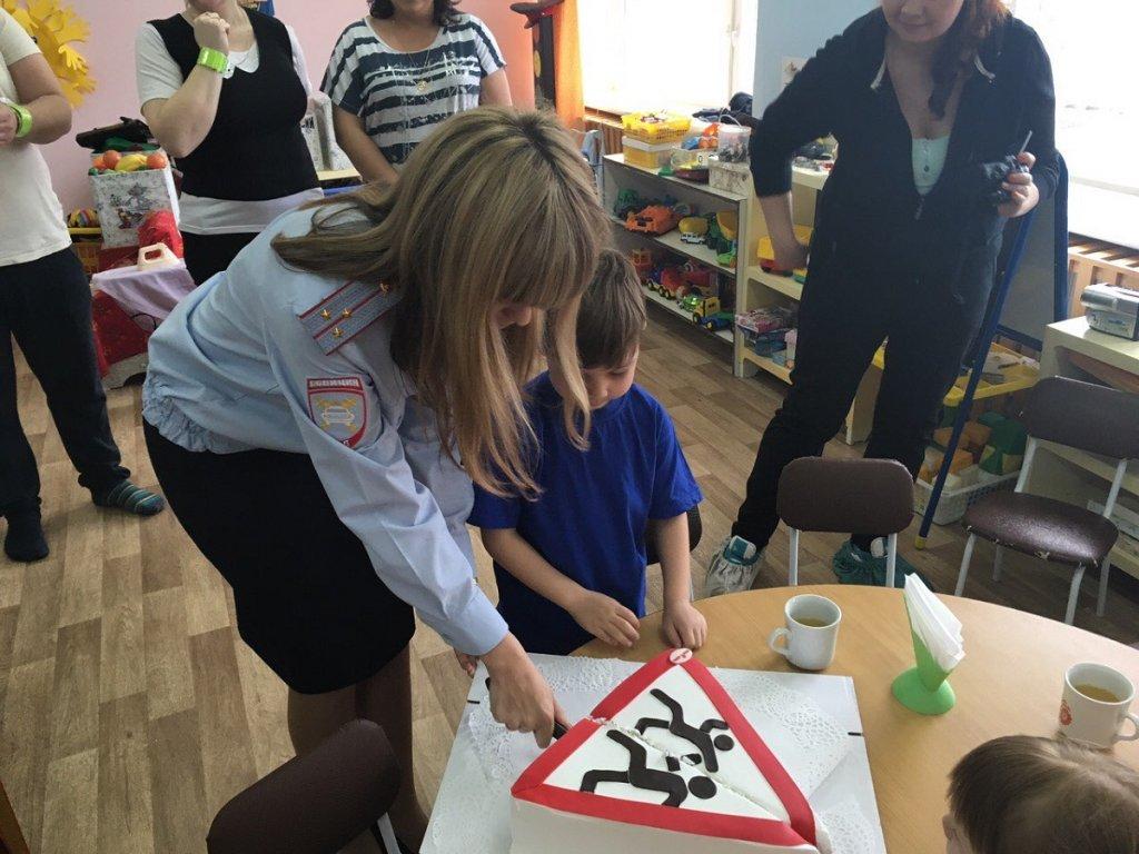 Госавтоинспекторы Ставропольского района преподнесли детям добрый и вкусный знак!