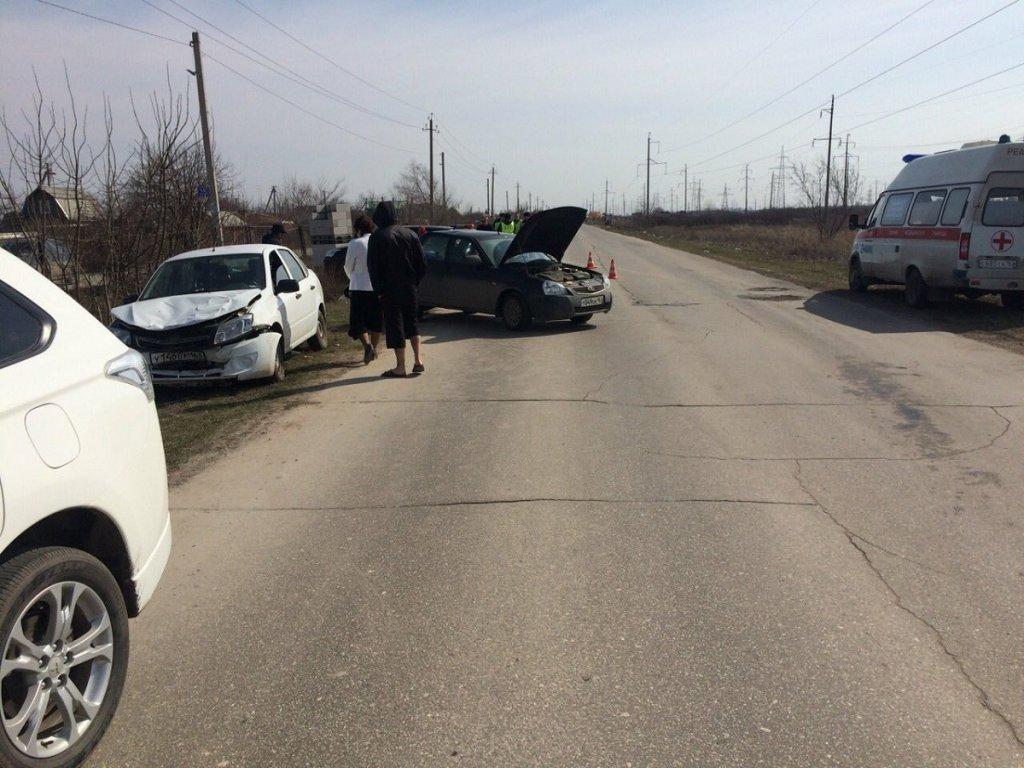 В пригороде Тольятти автоледи врезалась в припаркованный автомобиль. Серьезно пострадал пешеход