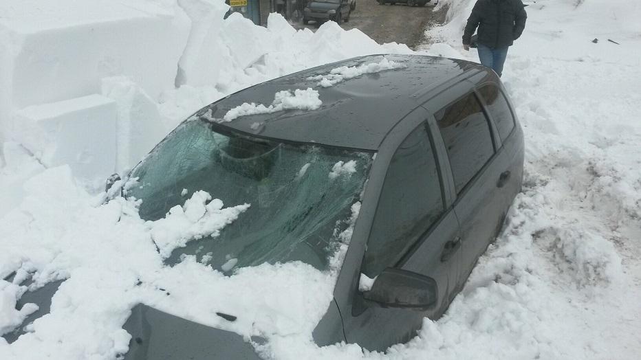 В Тольятти сошедший с крыши снег завалил «Калину». МЧС предупреждает об опасности (фото)