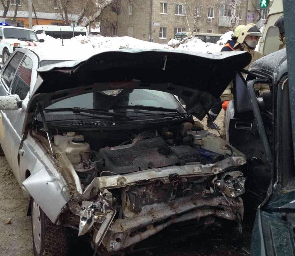 В аварии двух автомобилей на перекрестке Карла-Маркса — Комсомольская пострадала женщина (фото)