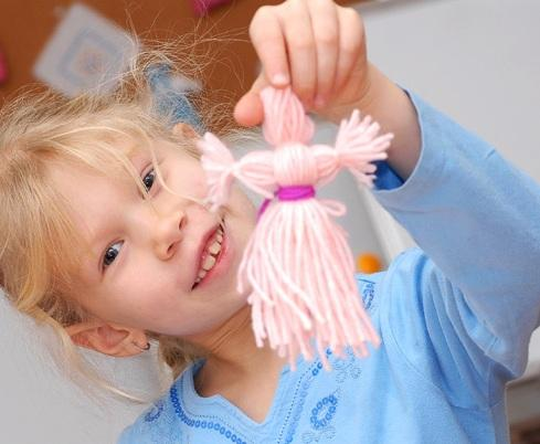 Как ребенку сделать куклу из ниток своими руками