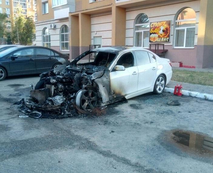 Ночью в Центральном районе сгорел BMW (фото)