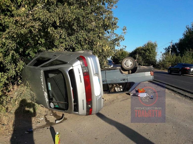 В Тольятти на улице Северной перевернулись два автомобиля (фото)