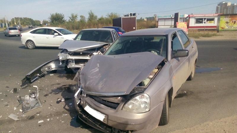 На въезде в посёлок Приморский столкнулись две машины. Есть пострадавший (фото)