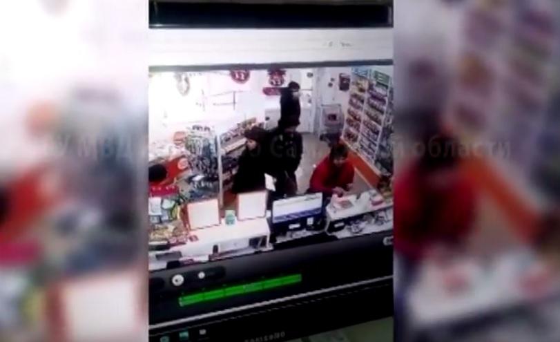 Мечтающий быть пойманным? Вор в тольяттинской аптеке показал добычу всем посетителям (видео)