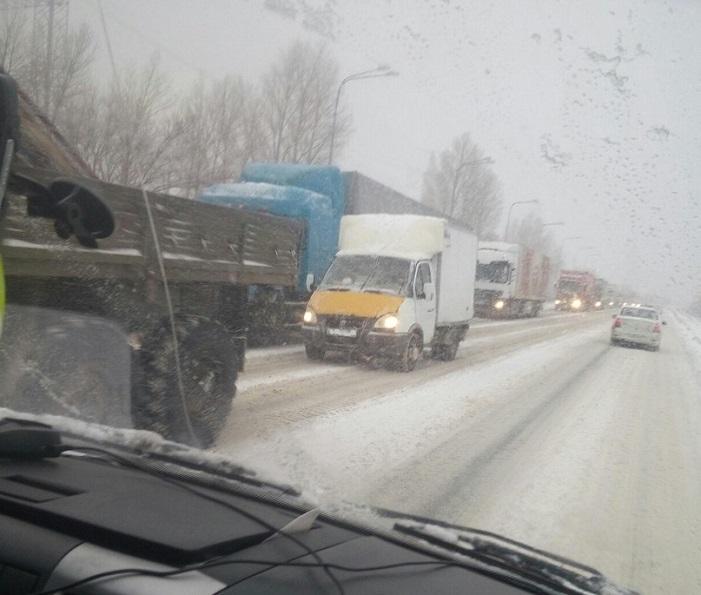 Ограничение на движение грузовиков на трассах Самарской области продлено до вечера