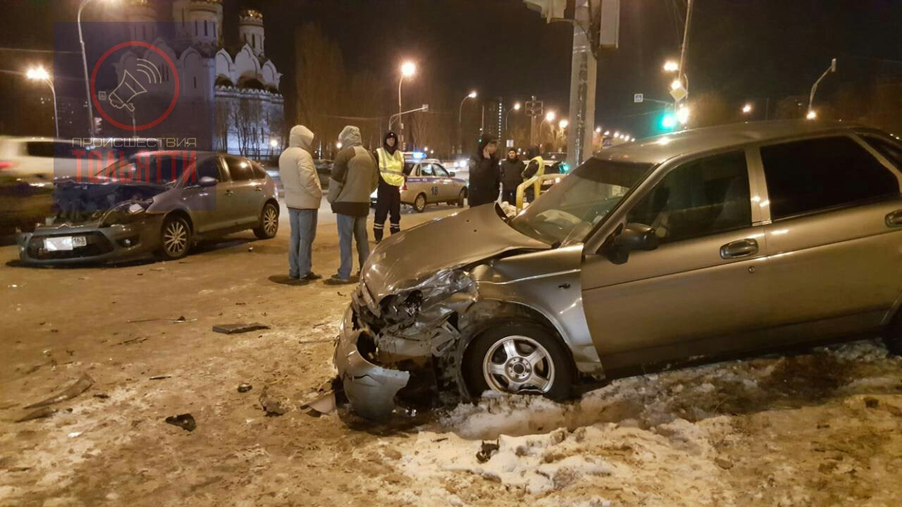 Авария у ДКИТ: На Юбилейной «Ситроен» выкинул «Приору» на газон (фото)