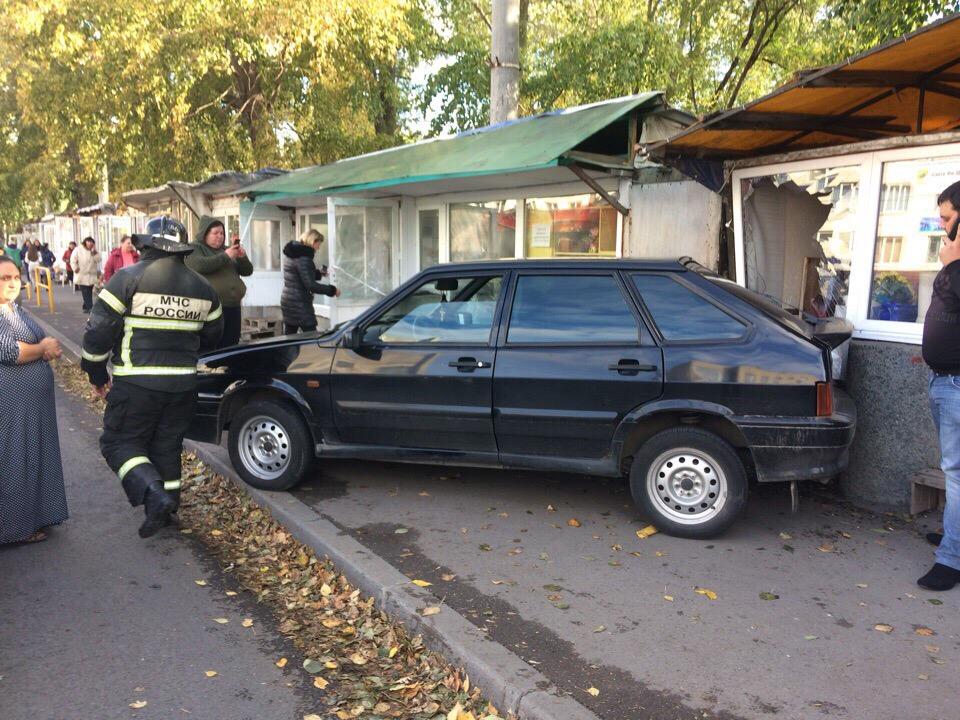 В Тольятти машина врезалась в цветочный киоск