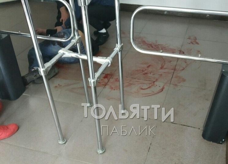 Залил пол кровью: В Тольятти неизвестный пытался пройти в здание колледжа