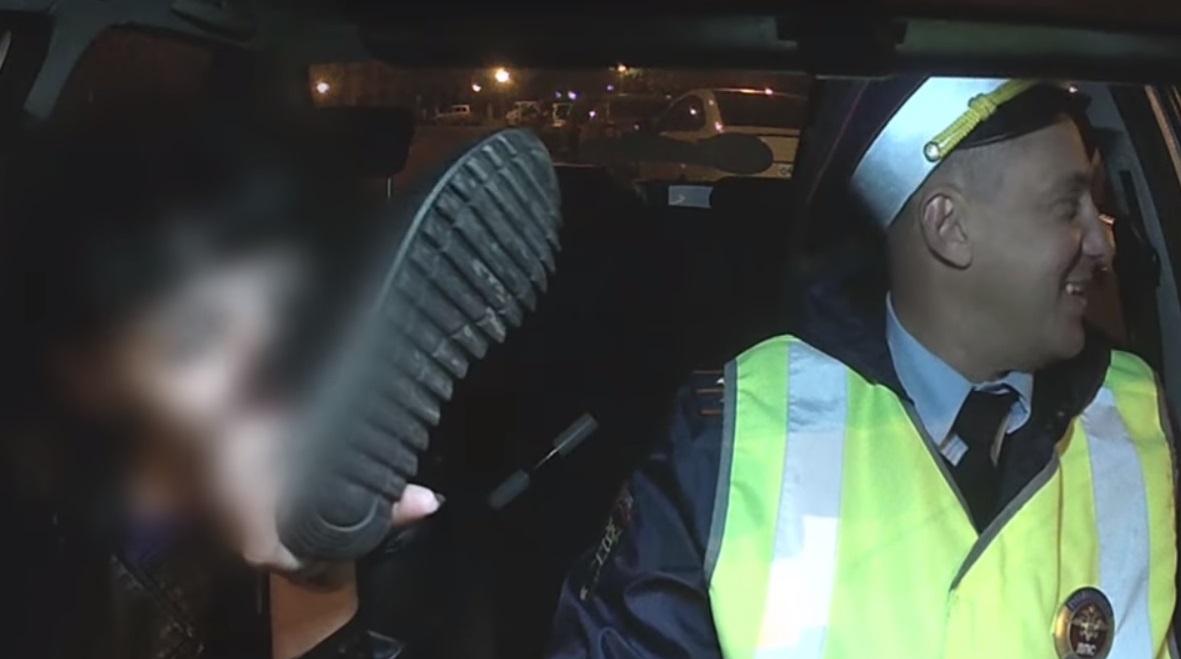 Пела песни, кричала, снимала обувь: Сотрудники ДПС поймали на дороге тольяттинку навеселе