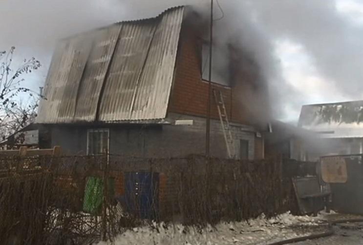 На дачах под Тольятти горел двухэтажный дом