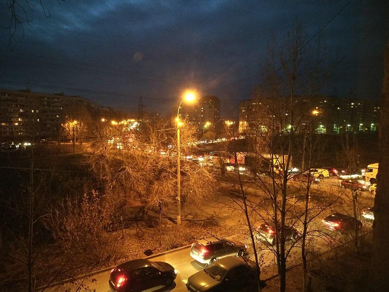 Утром в Тольятти на объездной дороге в районе развязки на М-5 образовалась масштабная пробка из-за провалившегося асфальта