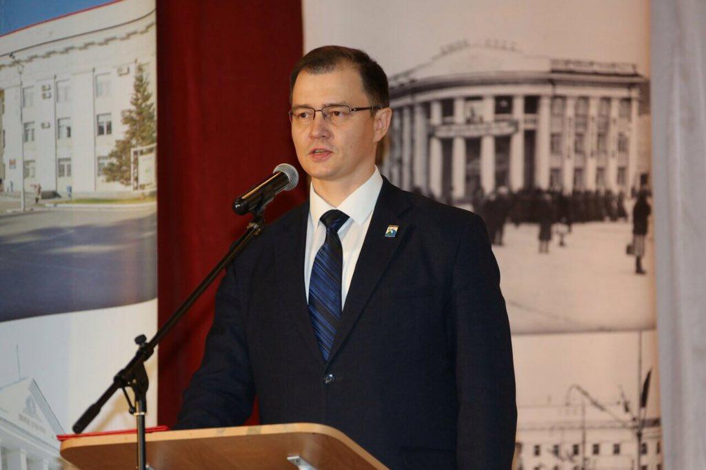 Азаров предложил новому мэру Жигулевска поселиться в аварийном доме
