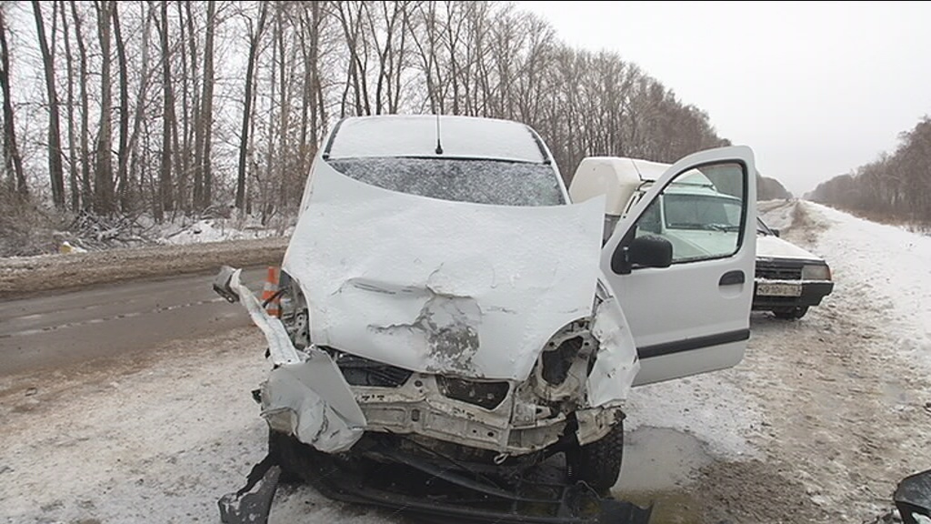 Под Тольятти «Калина» врезалась в пикап. Водитель погибла на месте