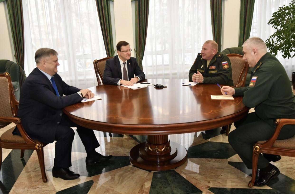Дмитрию Азарову представили нового командующего 2-й армией