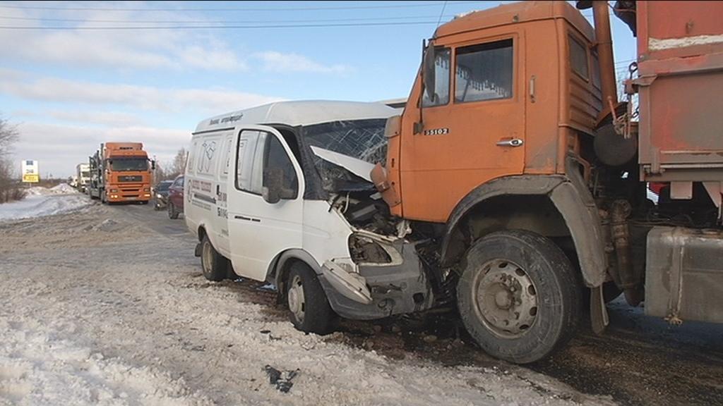 Выжил чудом: В Тольятти произошло лобовое столкновение КАМАЗа и «Газели»