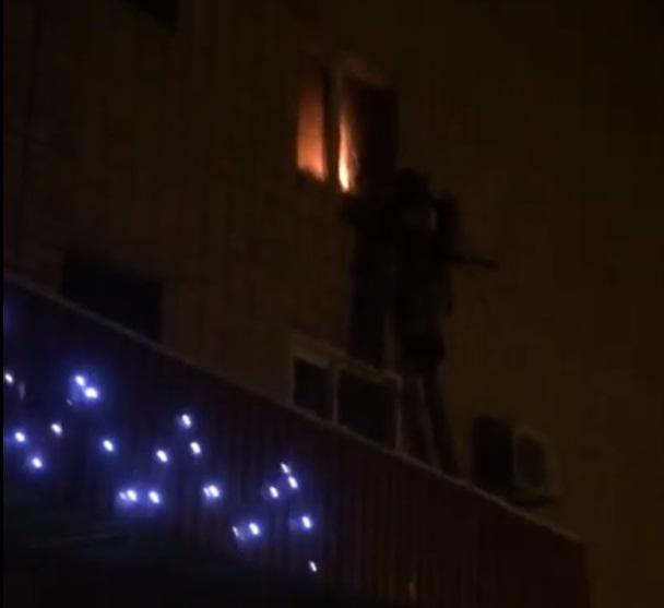 Под звуки взрывов: В Новый год пожарные тушили квартиру в Автозаводском районе