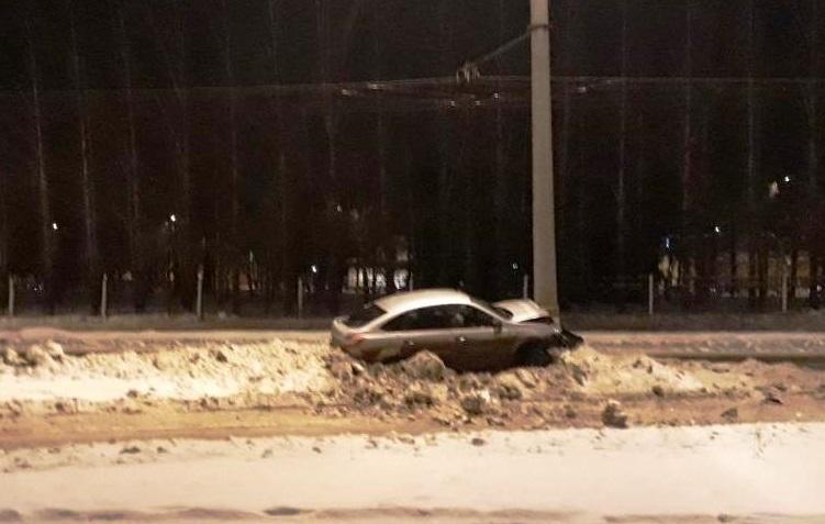 В Тольятти пьяный водитель проверил на прочность световую опору