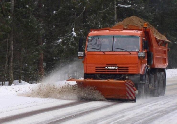 В Самарской области снег с федеральных трасс убирают более ста спецмашин