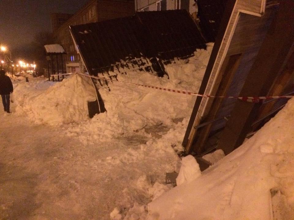 Из-за мокрого снега в Тольятти рухнул козырек подъезда