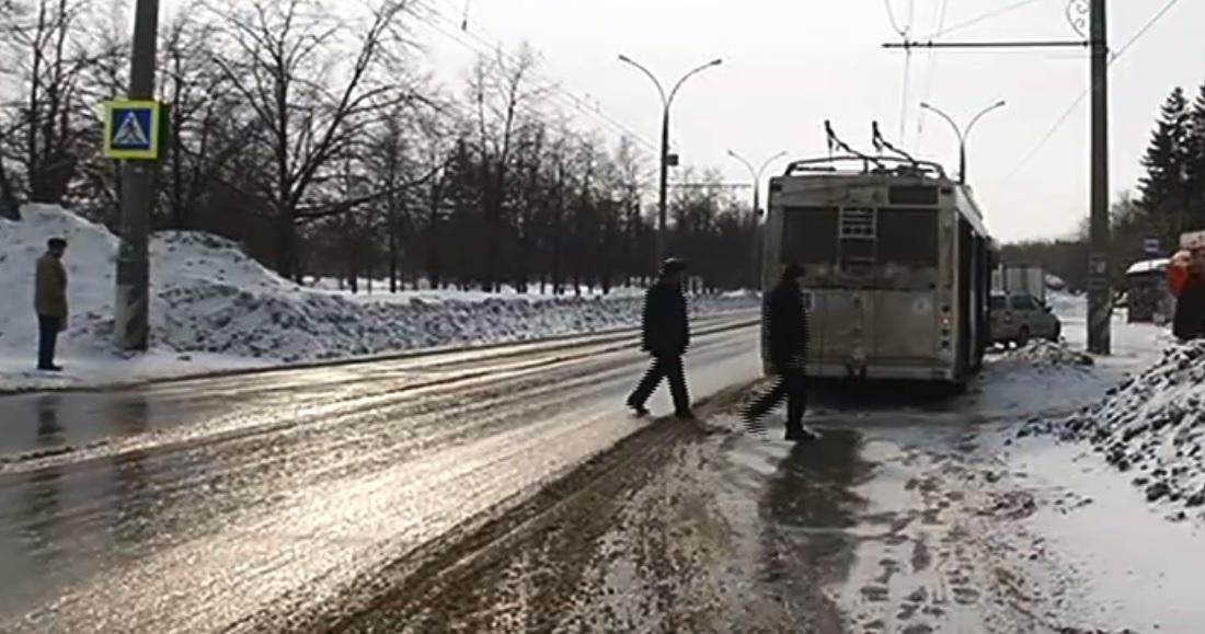 В Тольятти троллейбус наехал на мужчину. Понадобились спасатели