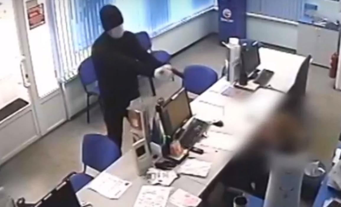 «Добрый вечер, жить хотите?»: В Тольятти разыскивают дерзкого грабителя микрофинансовой организации