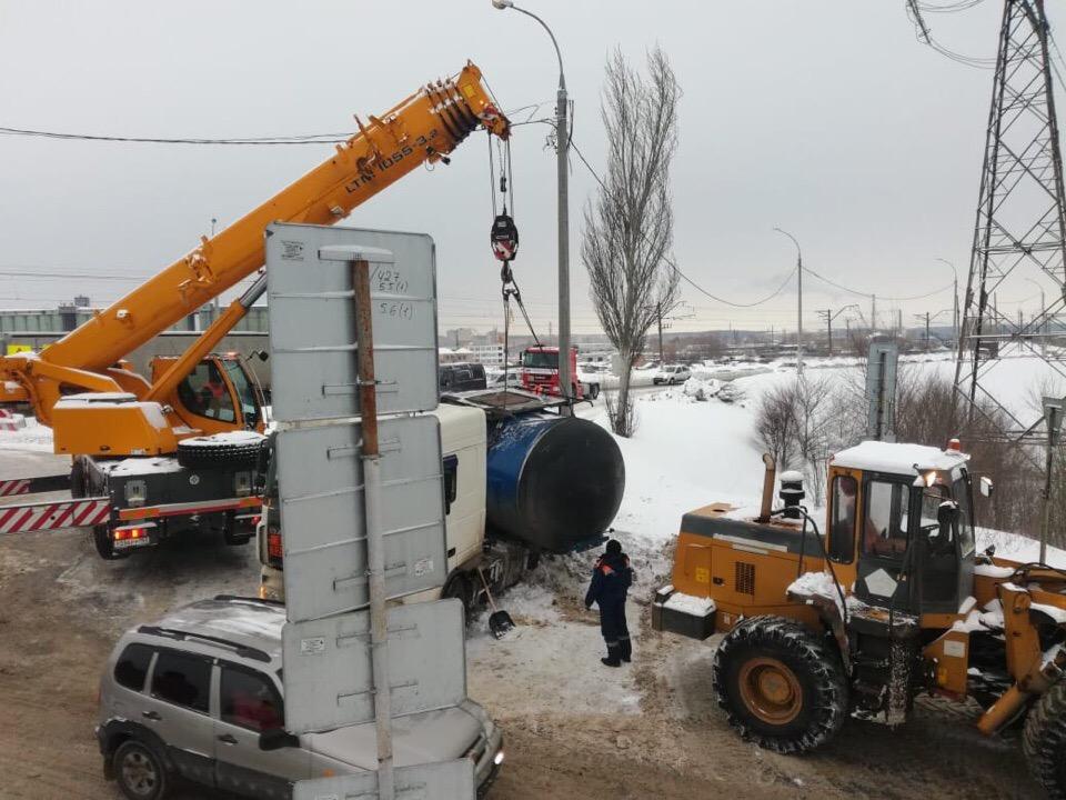 Пробка на ГЭС: Автопоезд заблокировал проезд