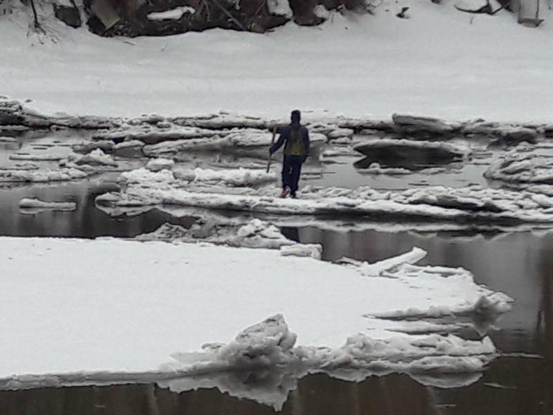 Под Тольятти спасали ребенка, оказавшегося на льдине посреди залива
