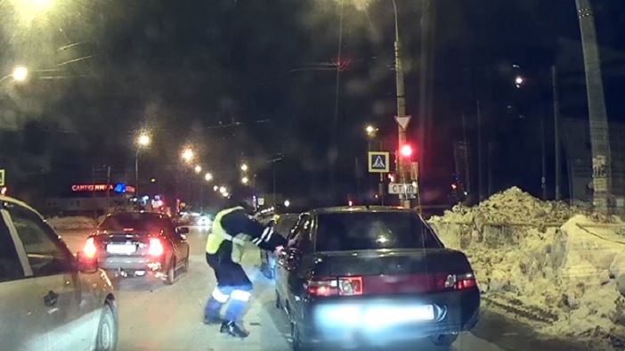 Поймали во дворе: На видео попала погоня за нарушителем на улицах Тольятти