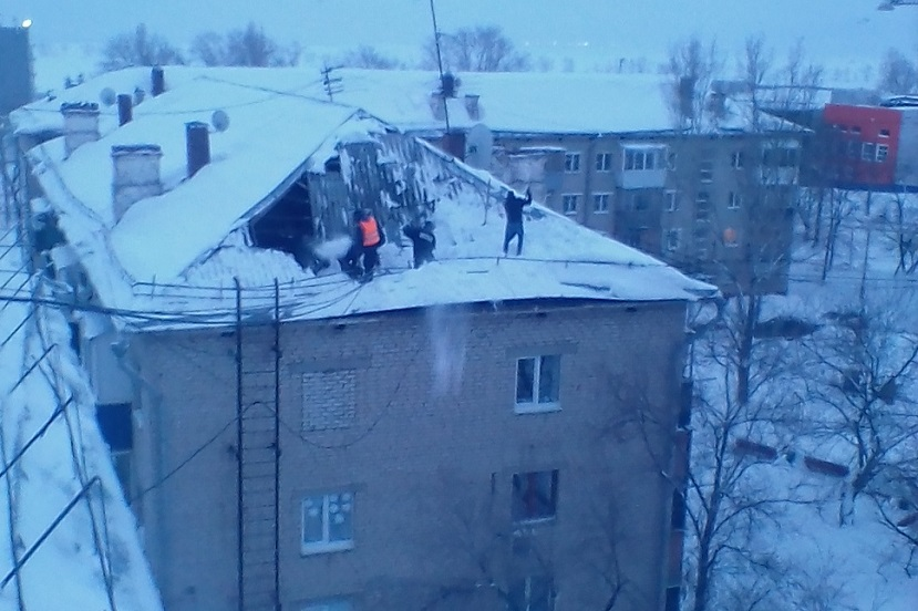 Власти прокомментировали обрушение части крыши дома в Комсомольском районе