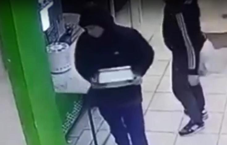 Полиция Тольятти объявила в розыск парней, укравших весы из магазина посреди рабочего дня