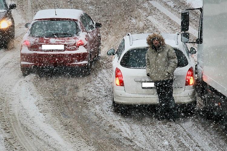 Водителей и пешеходов просят быть осторожнее из-за обильного снегопада в Тольятти