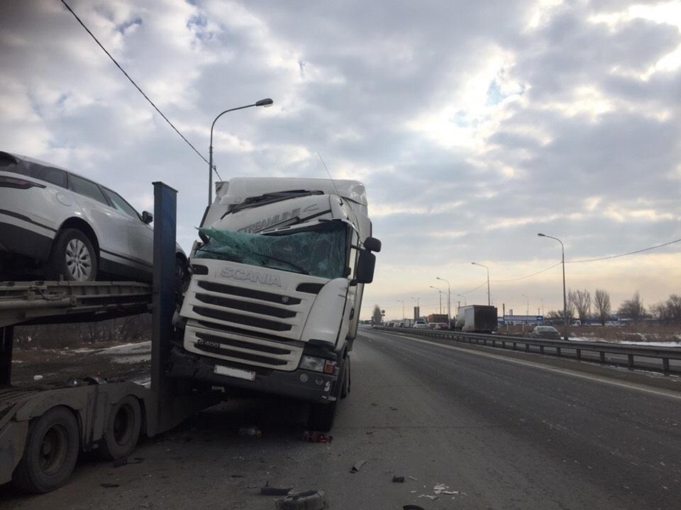 В Тольятти грузовик заехал на автовоз с машиной