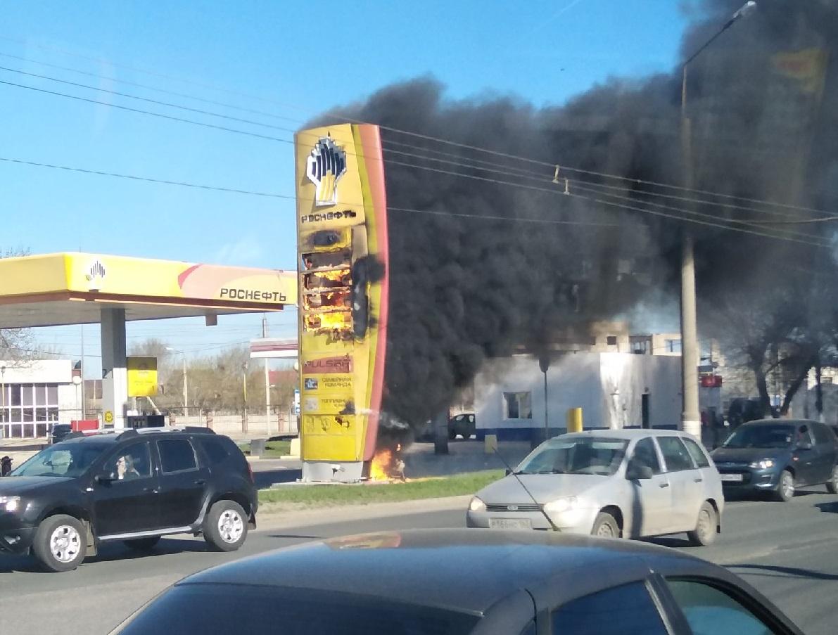 В Тольятти открытым пламенем горело информационное табло на АЗС