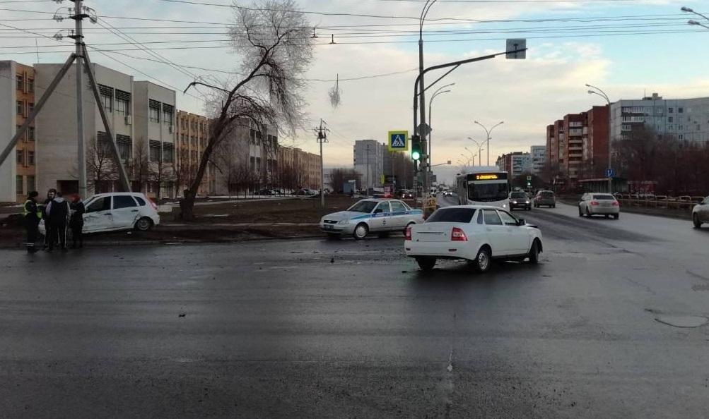 Тольяттинец на «Приоре» протаранил «Калину» на перекрестке