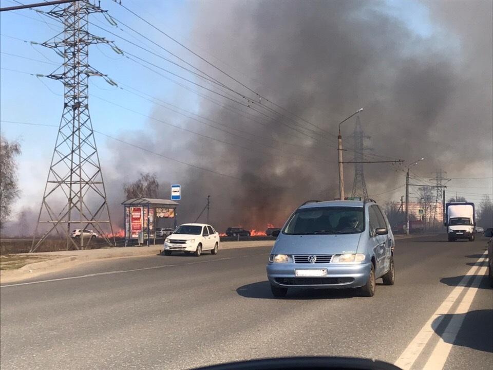 В Тольятти тушат пожар вдоль трассы