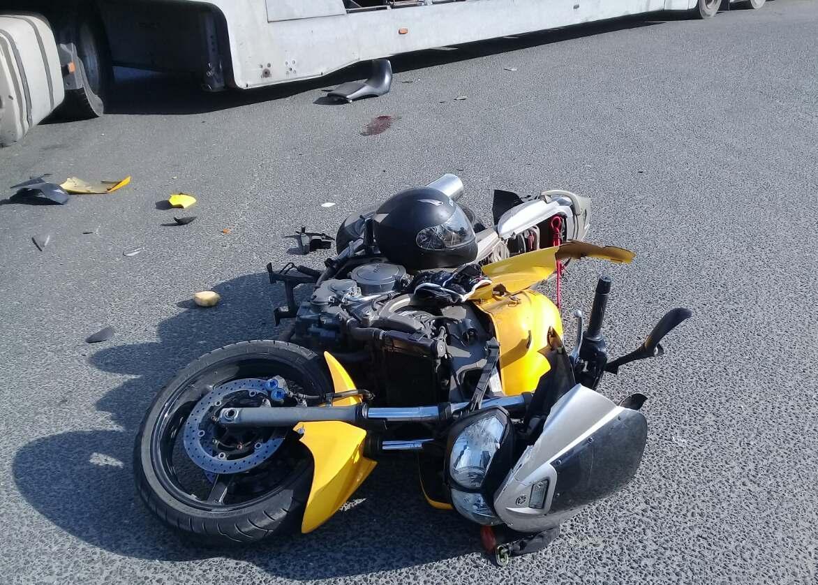Мотоциклист попал в больницу после столкновения с грузовиком в Тольятти