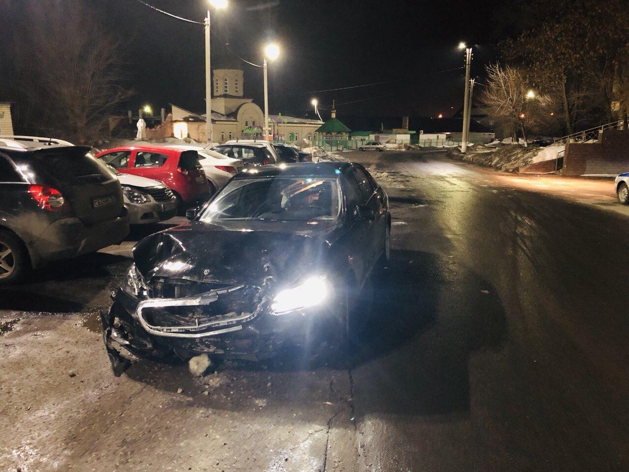 В Самарской области сотрудник автомойки угнал «Мерседес» и раскурочил его об другие машины