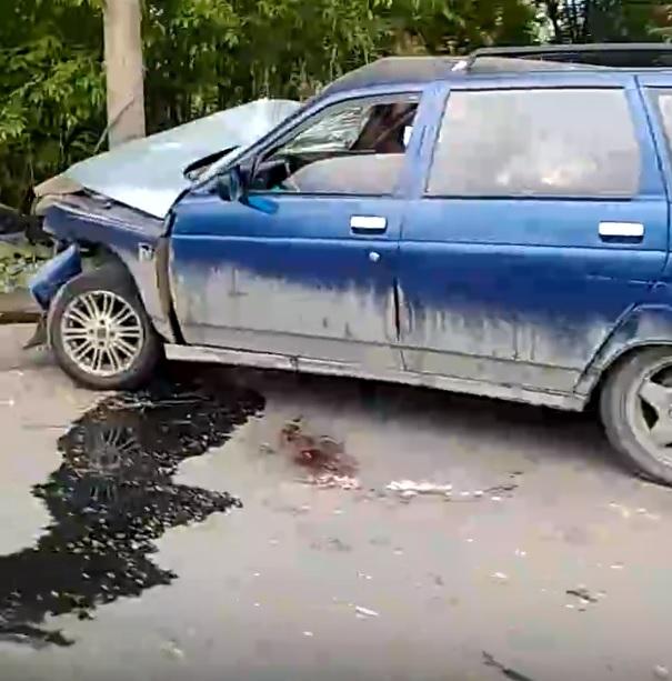 В Тольятти машина снесла остановку и врезалась в столб