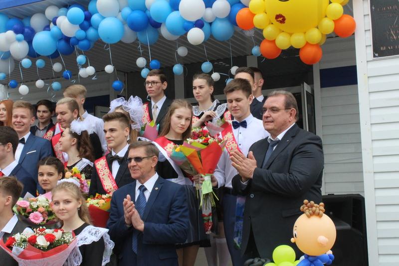 В тольяттинских школах проходят последние звонки