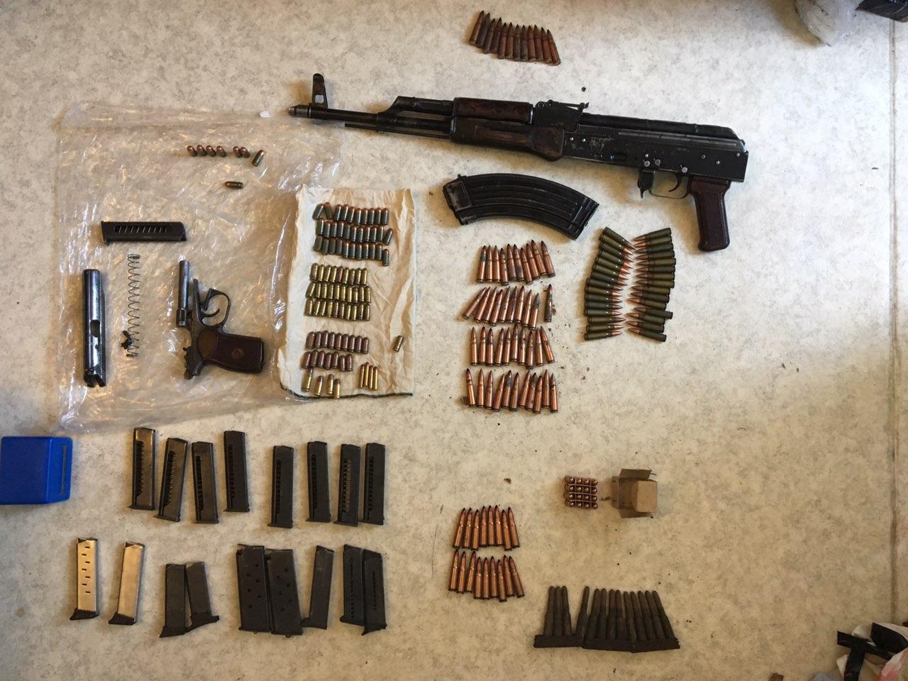Тольяттинец хранил дома автомат, гранату и сотни патронов