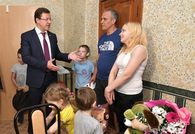 Губернатор встретился с многодетной тольяттинской семьей в новой квартире