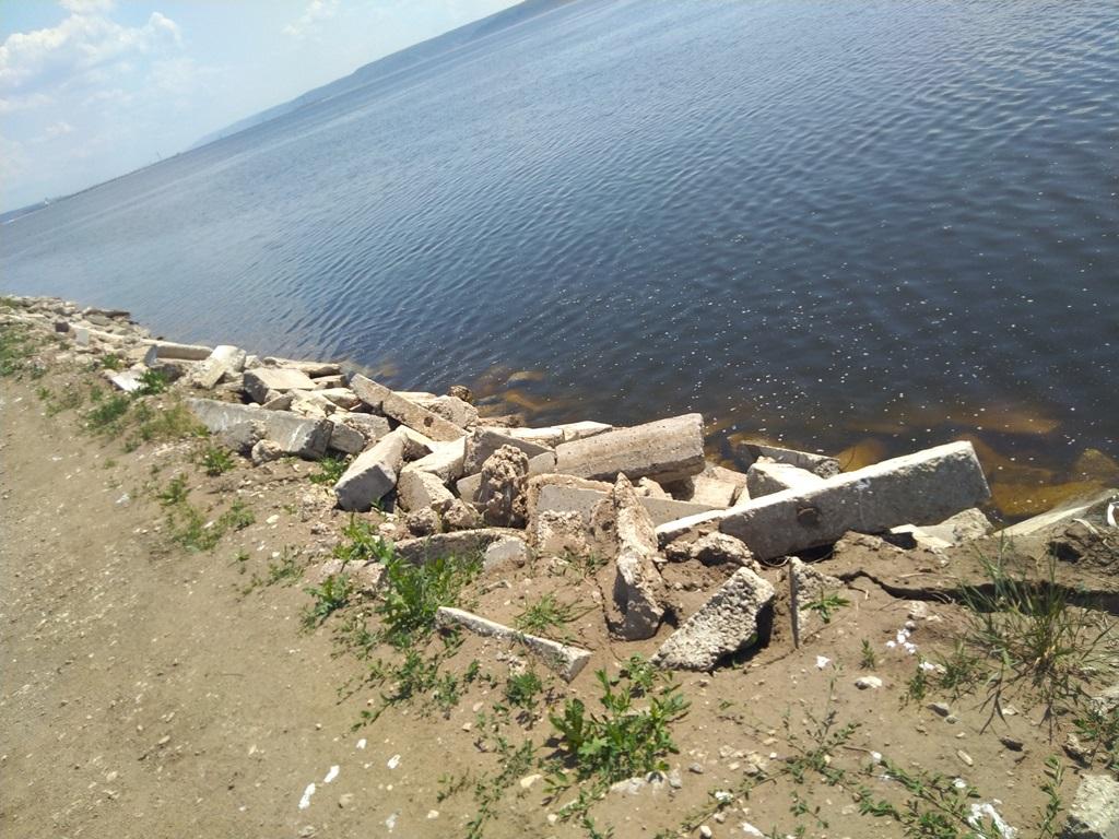 Берегоукрепление мусором. В Тольятти берег Волги завалили строительными отходами