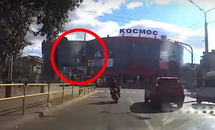 Собрал десяток штрафов: В Тольятти мотоциклист не смог уехать от машины ДПС
