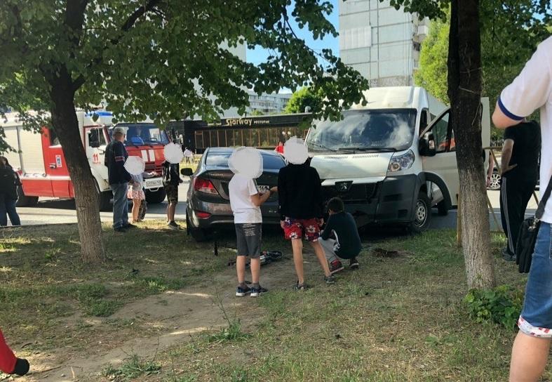 Три человека пострадали в аварии иномарки и маршрутки в Тольятти