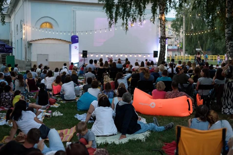 Победителя выбирали светом: Тольяттинцам понравился Фестиваль уличного кино!