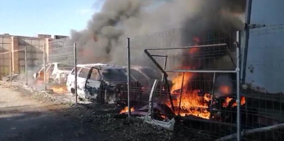 Сгорели 7 кузовов: Стали известны подробности пожара на авторазборе в Тольятти