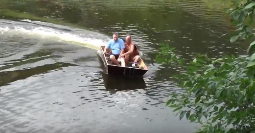Тольяттинский умелец сделал лодку с водометом из шифоньера