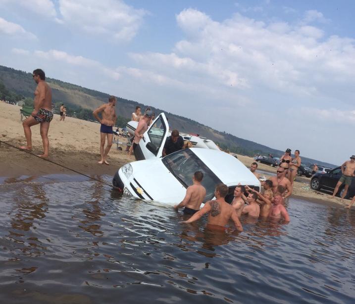 На тольяттинском пляже отдыхающие вытащили из воды тонувшую «Ниву»